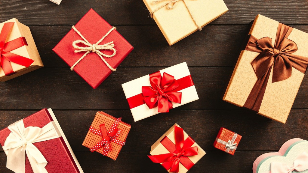 Gift boxes (photo by George Dolgikh for Pixabay)