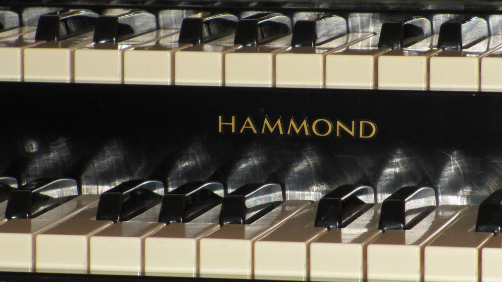 hammond-organ-keyboard