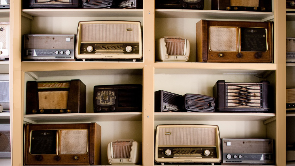 Vintage radios (photo by Peter Skitterians for Pixabay)