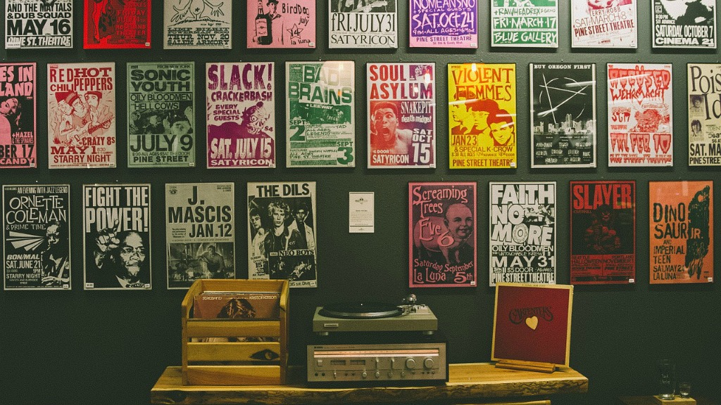 Vinyl, posters, turntable (photo courtesy of Pixabay)