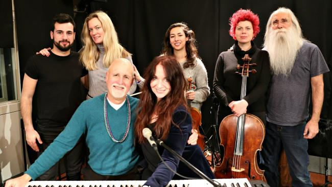 """Judith Owen, center front, joined by bandmates and """"Sunday Supper"""" host John Platt (photo by Jeremy Rainer)"""