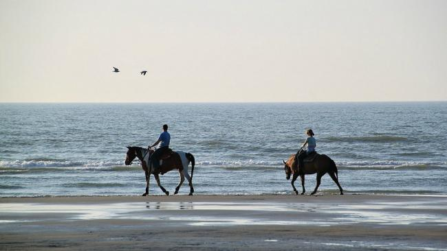 Riding along the beach (photo by Cocoparisienne, courtesy of Pixabay)