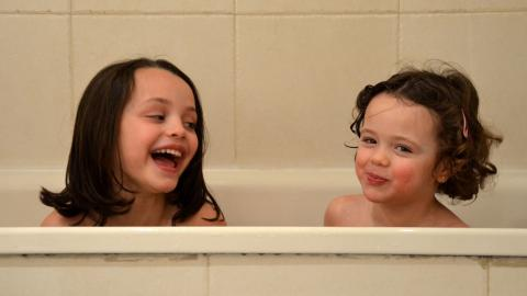 sisters-girls-bath
