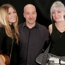 Larkin Poe with Eric Holland (photo by Sarah Burns)