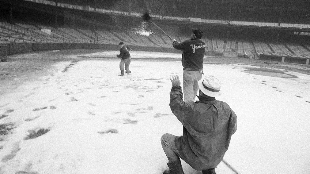 yankee-stadium-snow-grounds-keepers